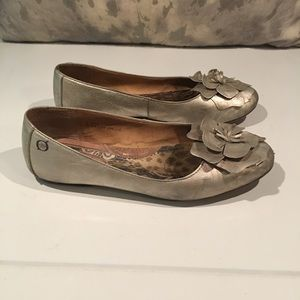 BEAUTIFUL GOLD BORN FLATS SIZE 8.5–with flaw